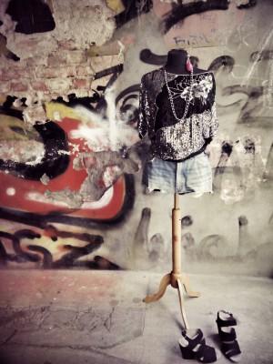 Sommerfein ausgehfertig…jetzt im Laden-Paillettenshirt 22€, Pants Boss 25€ Dries van Noten Pumps 99€